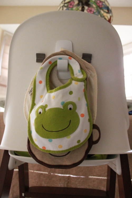 hook-at-the-back-of-the-high-chair-to-hold-bibs